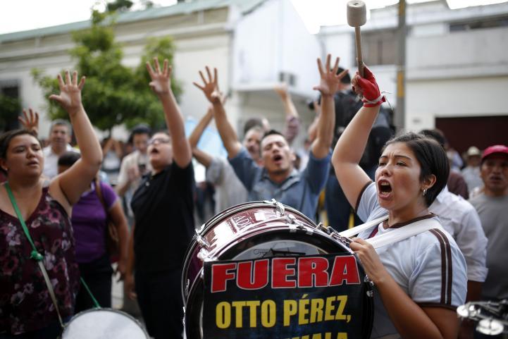 Pese a escándalo de corrupción, presidente de Guatemala se aferra al cargo