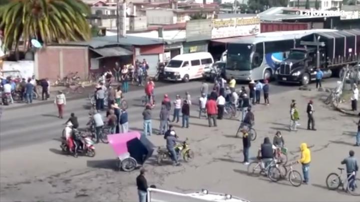 Campesinos de Acuexcomac y Atenco bloquean la Texcoco-Lechería