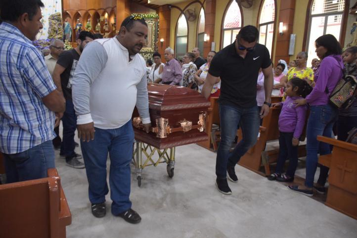 Durante el sepelio de una de las víctimas de Minatitlán, exigen justicia