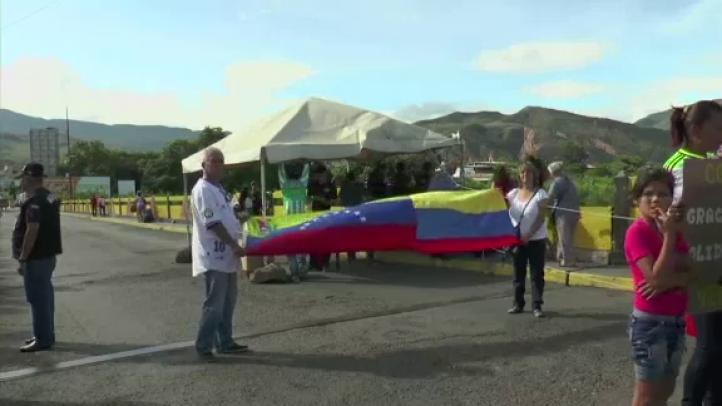 Venezolanos ingresan a Colombia en busca de suministros