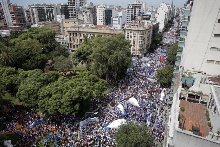 Argentina con paro masivo de maestros y multitudinaria manifestación