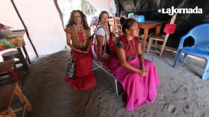 """Nos doblamos, pero no nos quebramos"", dice juchiteca a Lila Downs y Susana Harp"