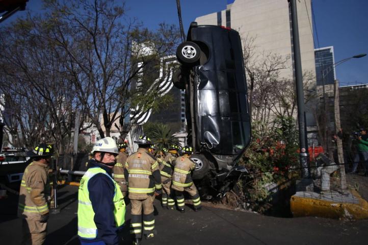 Camioneta cae en la Glorieta de Insurgentes
