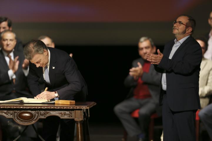 FARC y gobierno colombiano firman segundo acuerdo de paz