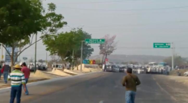 Maestros del SNTE protestan en Chiapas, los repliega la policía
