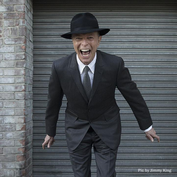 Fans celebran los cumpleaños de Bowie y Presley, íconos de la música