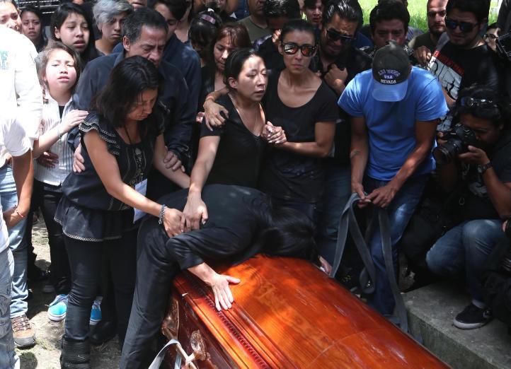 Familiares y amigos despiden a Rubén Espinosa
