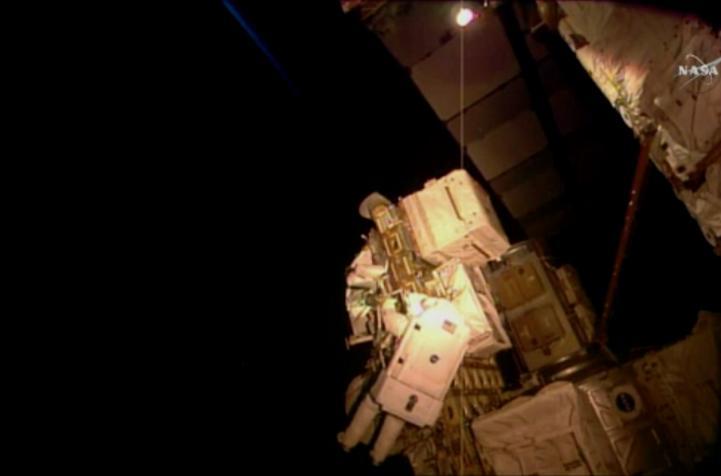 Astronauta de la NASA realiza caminata espacial