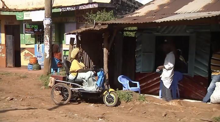 Inventor crea sillas de ruedas con partes recicladas