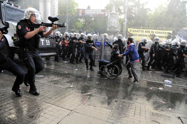 Policía turca dispersa con gases lacrimógenos protesta por accidente en mina