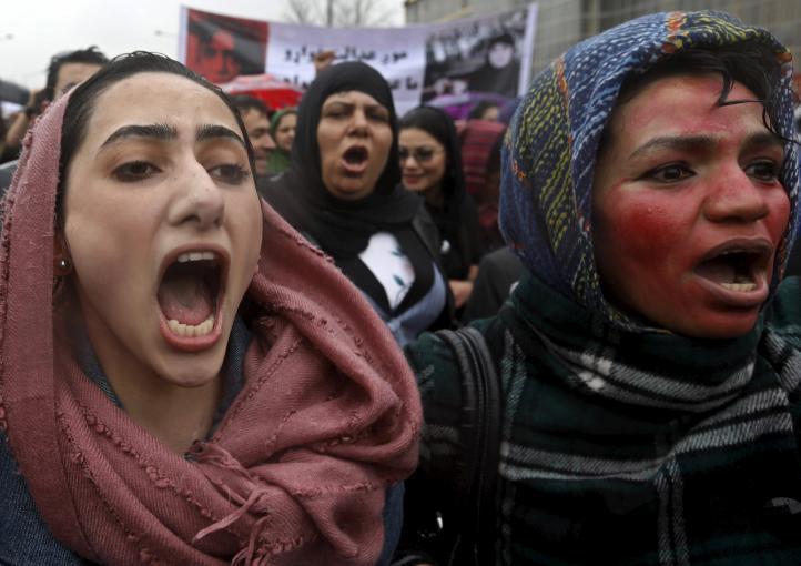 Miles protestan, por segundo día, por el linchamiento de una joven en Kabul