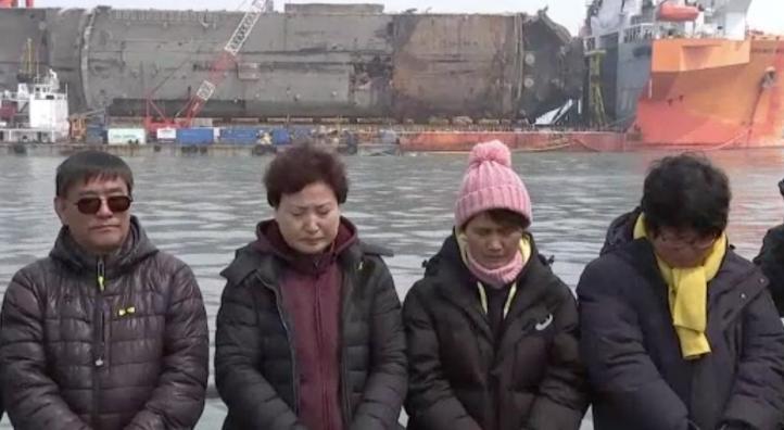 Recuerdan a víctimas de naufragio en Corea