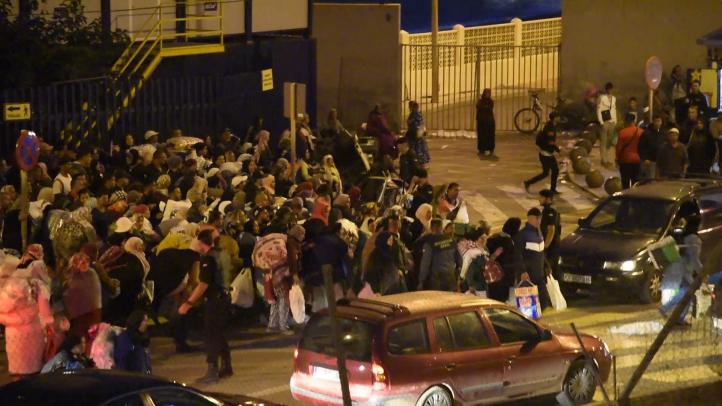 Avalancha de porteadoras intentan cruzar la frontera de Ceuta