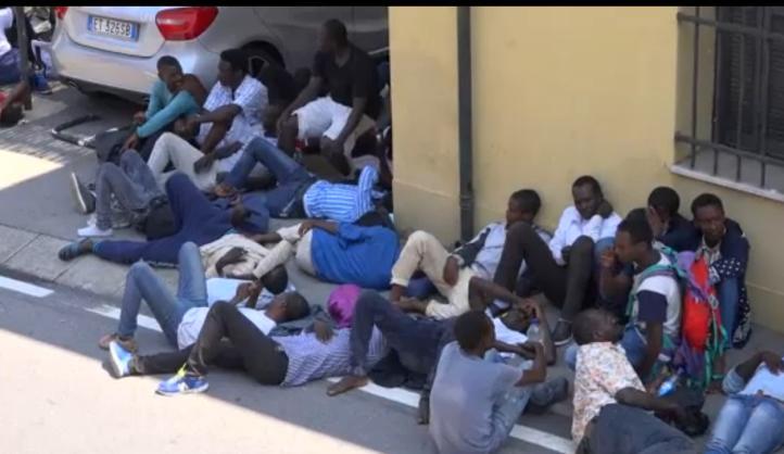 Refugiados se manifiestan en ciudad italiana