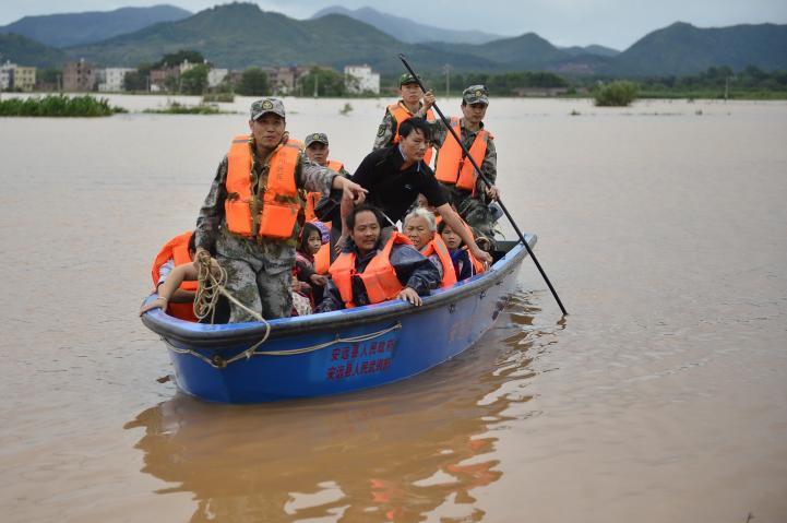 Al menos 15 personas mueren por inundaciones causadas por fuertes lluvias.