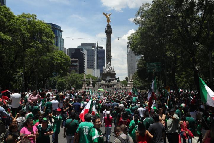 Aficionados festejan triunfo de México en Rusia en El Ángel