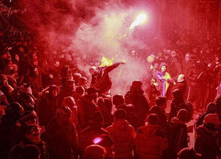 Bloquean manifestantes la sede principal del gobierno de Ucrania