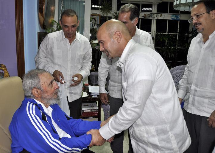 Fidel Castro se reúne con los cinco agentes liberados en EU