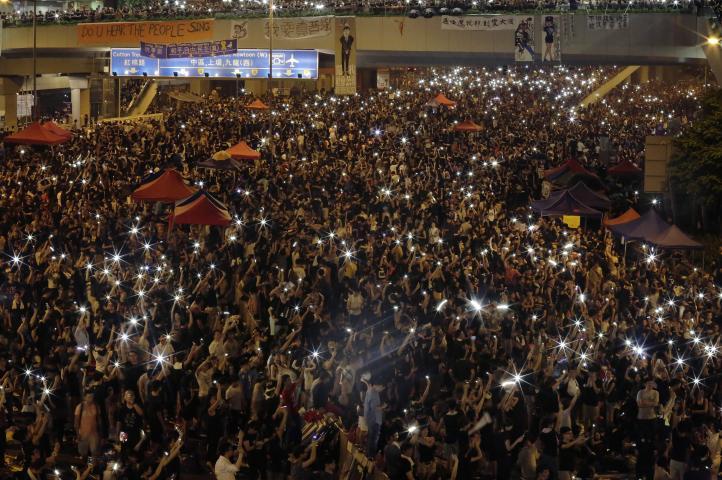 Manifestantes de Hong Kong extienden bloqueo