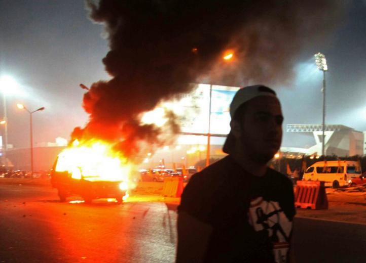 Suspenden campeonato de futbol en Egipto tras muerte de 22 en estadio