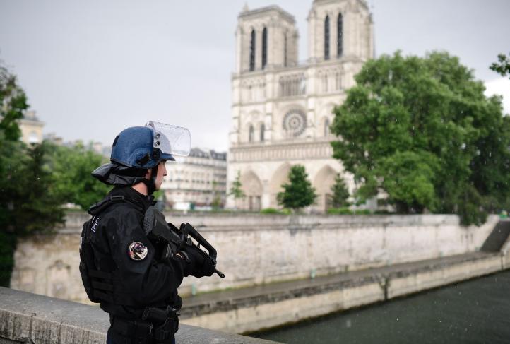 Hombre solitario ataca a un policía cerca de Notre Dame