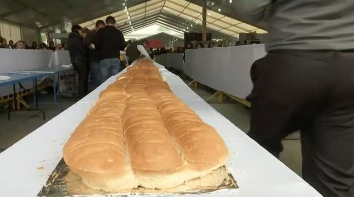 Elaboran torta gigante de 70 metros de largo