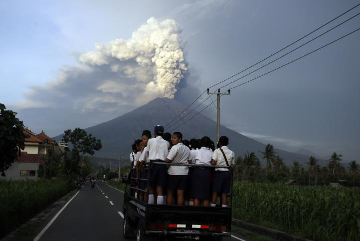 Indonesia: 100 mil personas deben abandonar zona de peligro de volcán