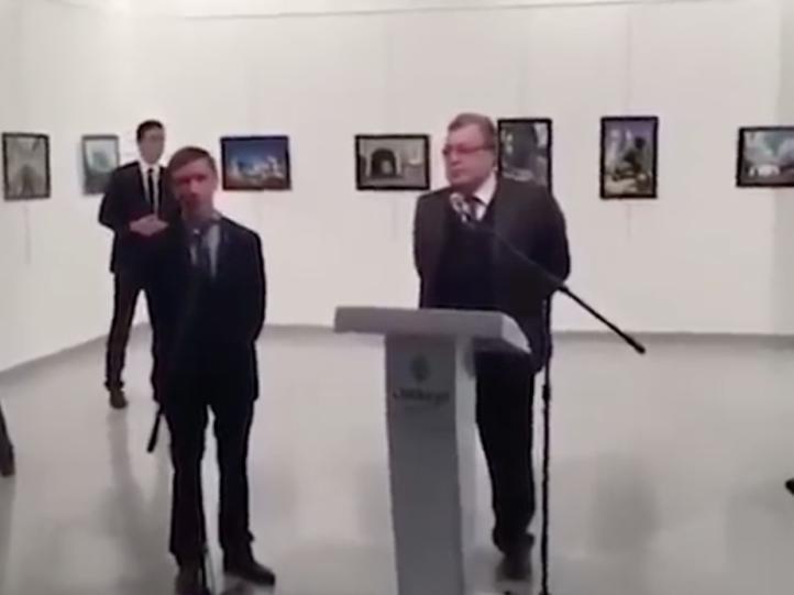 Video muestra al homicida del embajador ruso en los instantes previos al asesinato