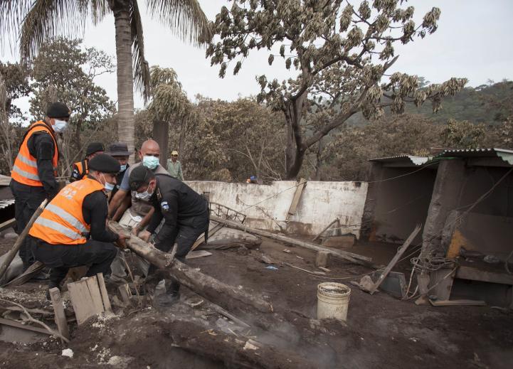 Suspenden búsqueda tras erupción en Guatemala