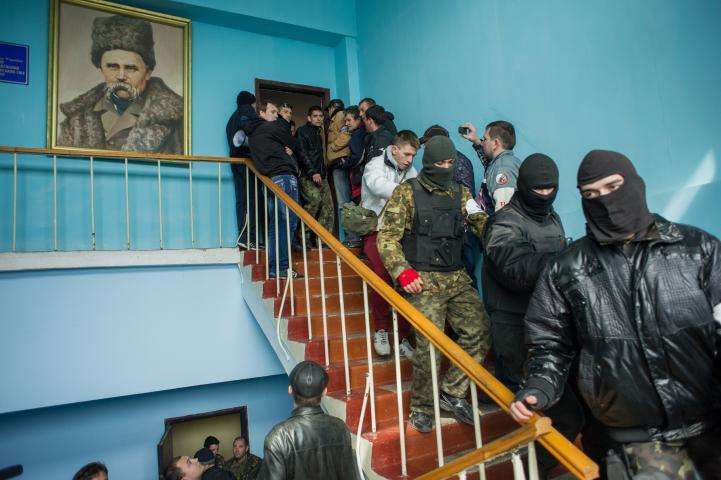 Fuerzas prorrusas toman control de dos bases navales de Ucrania en Crimea