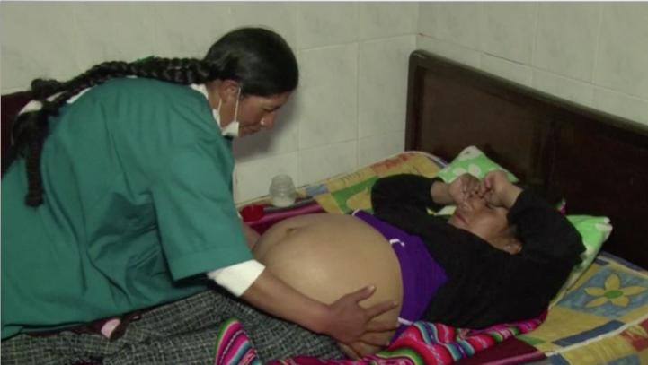 Bolivia suma a las parteras a la lucha contra la mortalidad materna.