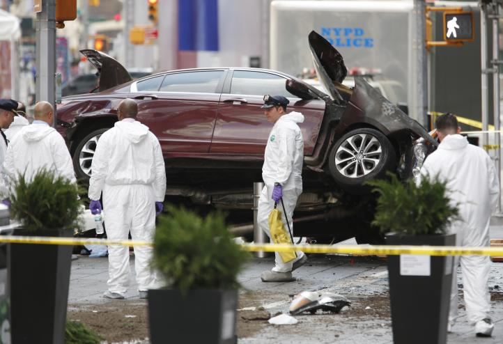 Vehículo embiste a peatones en Times Square; 1 muerto