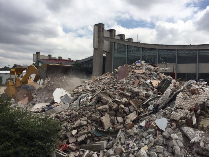 Tiran escombro en Alberca Olímpica