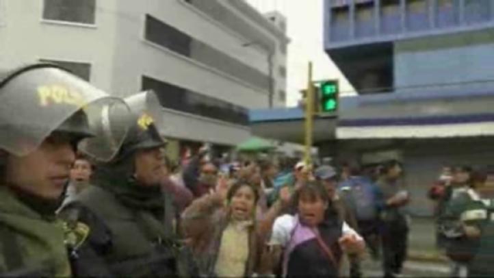 Choque violento entre maestros huelguistas con la policía en Perú