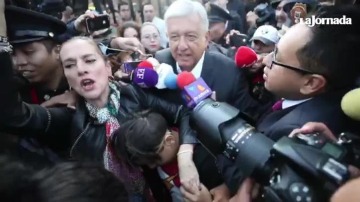 En medio de un enjambre de reporteros, AMLO sale de casilla electoral