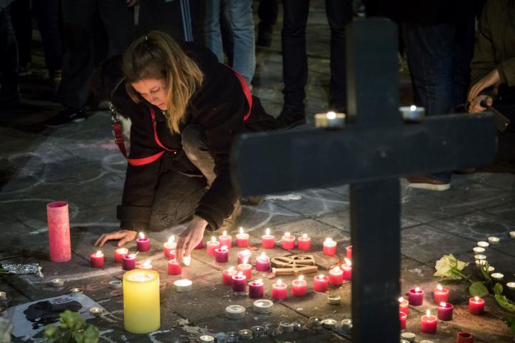 Oran por víctimas de ataques en Bruselas
