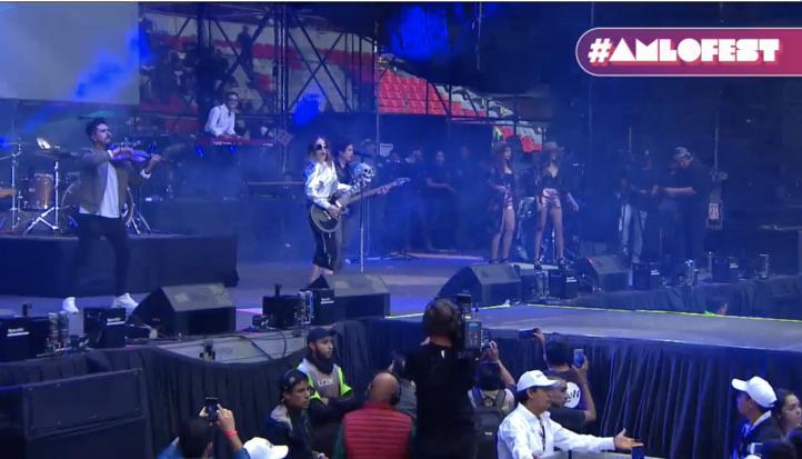 Belinda sube al escenario en el Azteca
