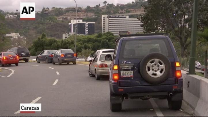 Venezolanos detienen tránsito para comunicarse en apagón