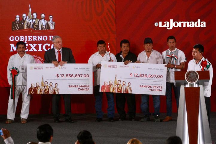 Entrega AMLO a municipios de Oaxaca fondos de subasta