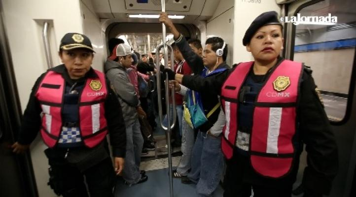 Vigilan que hombres respeten vagones de metro exclusivos para mujeres