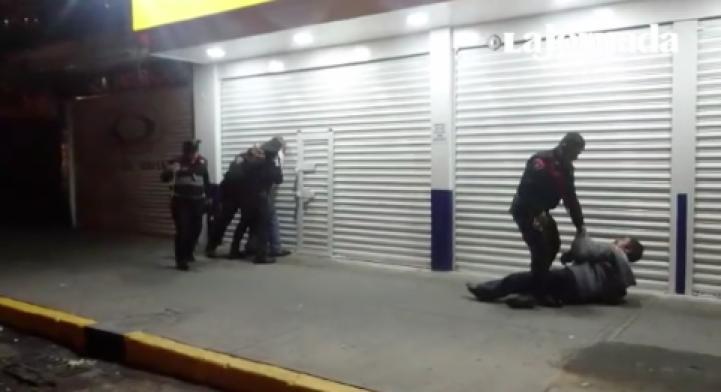 Policías de la CDMX golpean a dos hombres ebrios