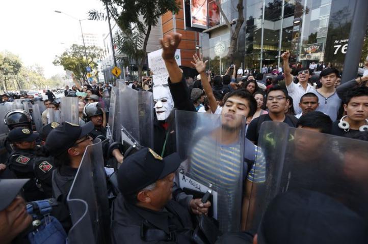Policía impide protesta contra alza al Metro