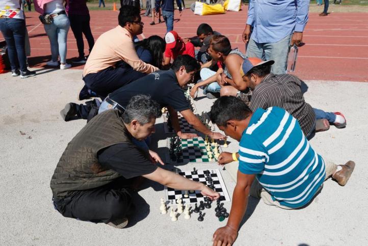 Con música y juegos, se relajan los migrantes en CDMX