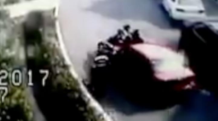 Conductora atropella a dos policías al intentar evadir el Hoy No Circula