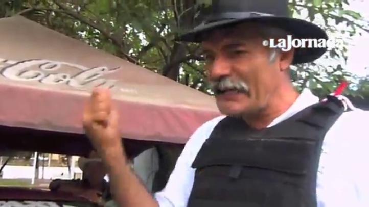 Mireles encabeza a 300 hombres que llegan a tenencia cercana al estratégico puerto Lázaro Cárdenas