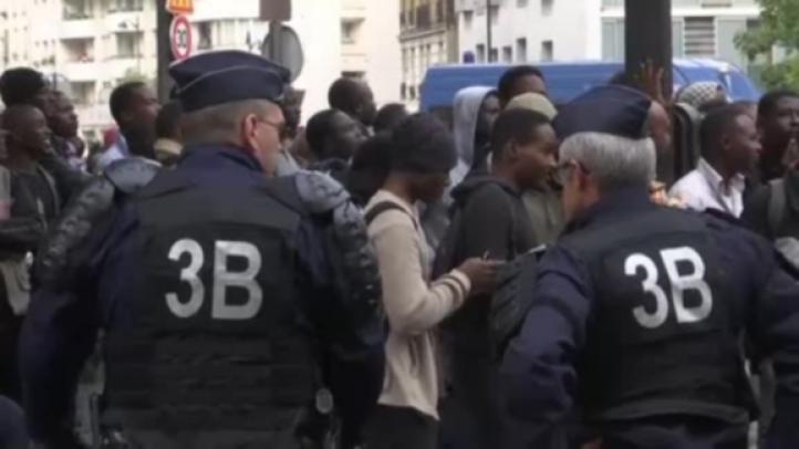 Policía evacua a familias migrantes de las calles de París