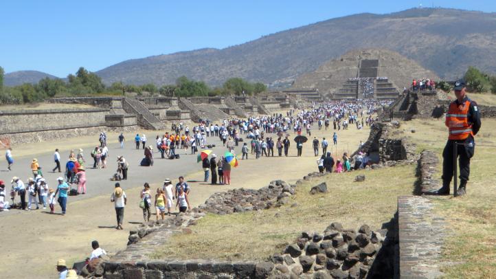Miles de personas visitan Teotihuacán
