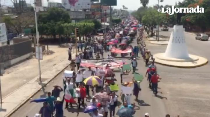 Marchan en Chiapas para exigir la liberación de siete maestros