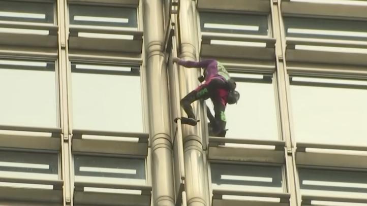 Hombre araña francés trepa rascacielos en Hong Kong