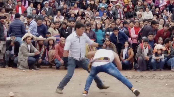 Competidores se baten a golpes durante el festival de Tacanacuy